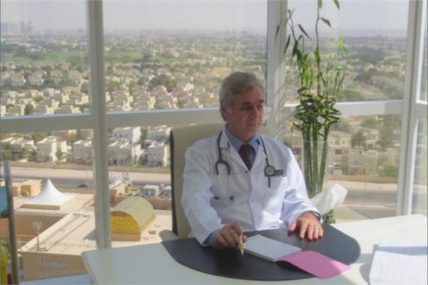 د. أيمن سالم أستاذ ورئيس قسم الصدر