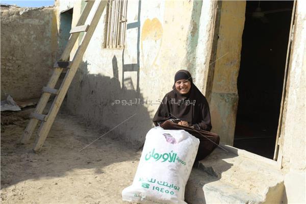 احدى المستفيدات من حملة توزيع البطاطين بقرى سوهاج