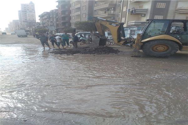 انفجار ماسورة مياه بشارع نادي الشرطة بالمحلة بسبب اعمال حفر خاطئة