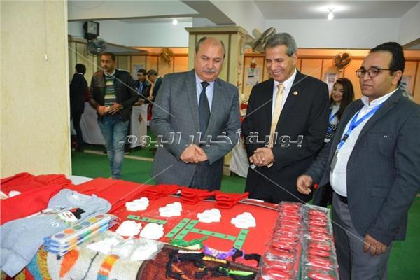 السكرتير العام نائبا عن المحافظ اثناء افتتاح المعرض