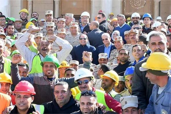 الرئيس السيسي يتوسط العمال بالعاصمة الإدارية الجديدة