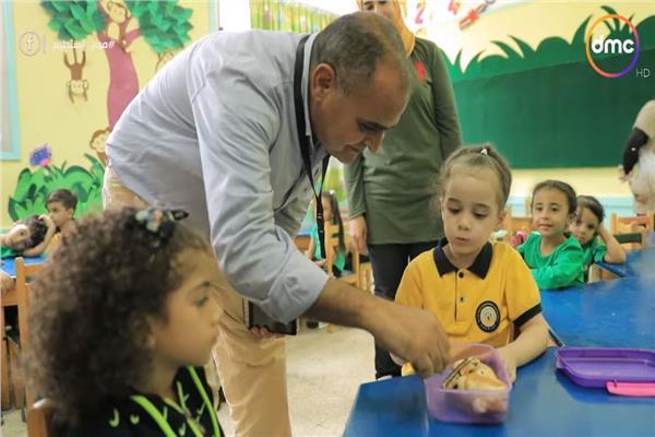 مدير المدرسة وهو يطعم تلميذة بالتعليم الأساسي