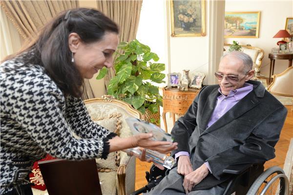 صفية مصطفى أمين مع إبراهيم سعدة