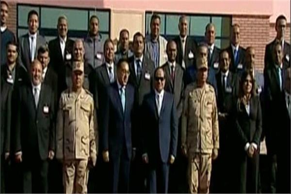الرئيس السيسي يلتقط صورة تذكارية عقب افتتاحه لعدد من المشروعات القومية