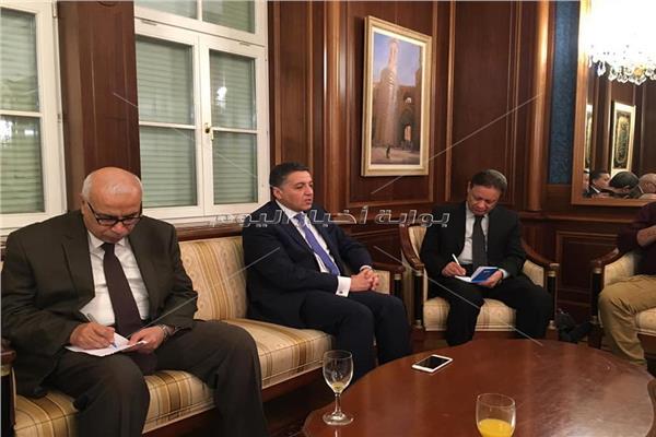 السفير عمر عامر خلال حديثه للوفد الإعلامي