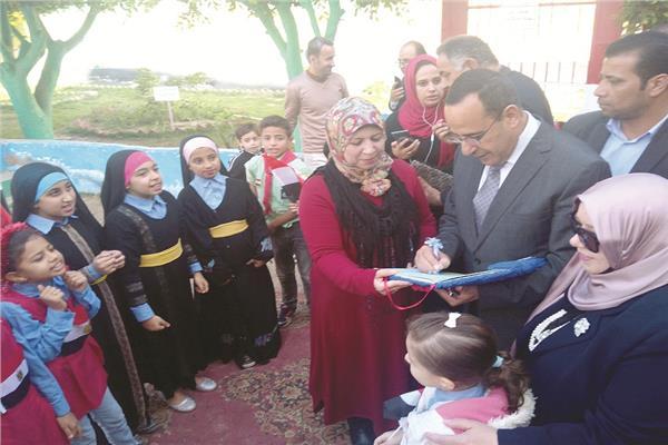 محافظ شمال سيناء يتفقد سير العملية التعليمية