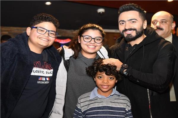 تامر حسنىي مع بعض الأطفال في العرض الخاص للفيلم