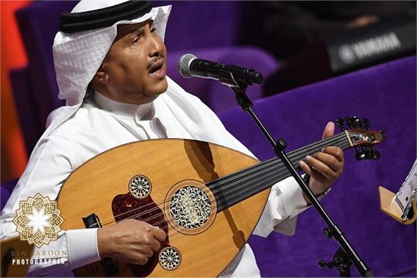 محمد عبده يعيد الزمن الجميل في حفل الكويت بـ20 أغنية