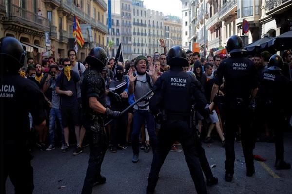 مواجهات بين الشرطة والانفصاليين فى برشلونة
