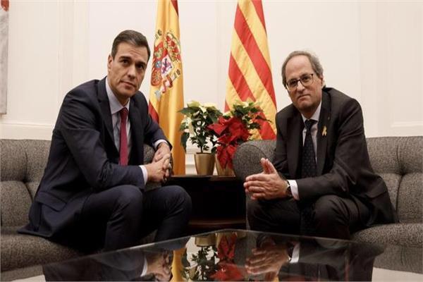 بيدرو سانشيث رئيس الوزراء الاسباني في اجتماعه مع رئيس كتالونيا كيم تورا