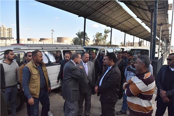 محافظ أسيوط مع المواطنين في موقف المعلمين الجديد لسماع متطالباتهم