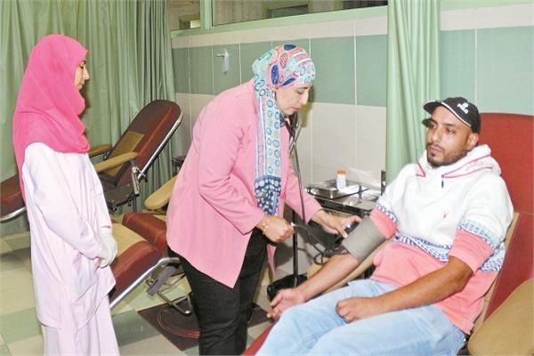 «تحقيق»| عربات وكرفانات التبرع بالدم.. منافذ للأمراض والموت البطيء