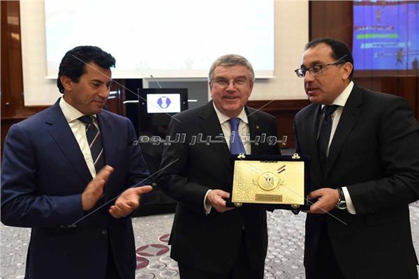 الاتحاد الدولي لكرة اليد يكرم مصطفى مدبولي