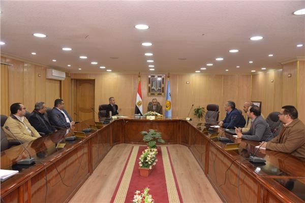 اجتماع محافظ أسيوط مع المسئولين عن شبكة المعلومات