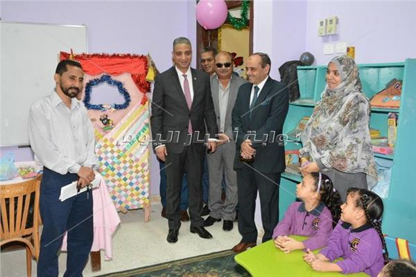 د عمرو شلتوت فى جولة مع المحافظ باحدى المدارس