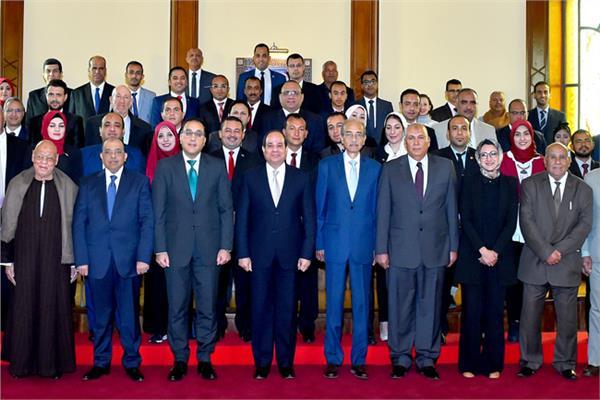 الرئيس يجتمع مع محافظ الوادي الجديد وعدد من القيادات التنفيذية والشعبية بالمحافظة