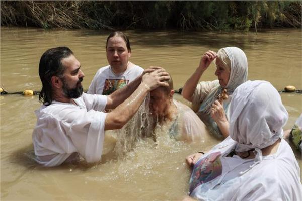 مسيحيون يغطسون في نهر الأردن