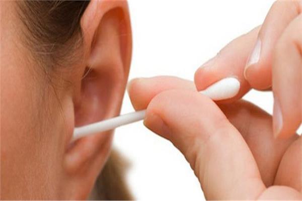 مضغ «اللبان» والنوم.. أبرز طرق علاج «انسداد الأذن»