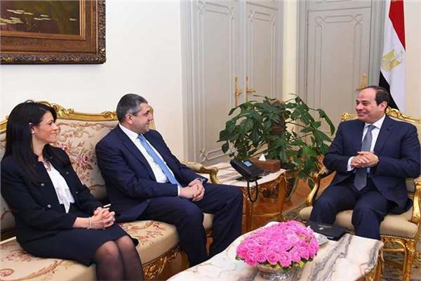 الرئيس السيسي مع وزيرة السياحة