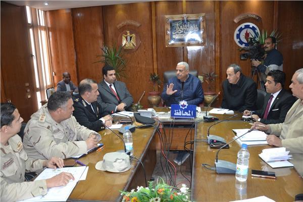 جانب من لقاء المحافظ بالمسؤولين ومديري المديريات