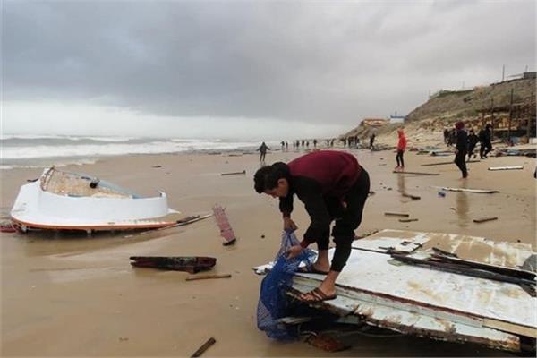 إنقاذ 6 مصريين من الغرق أمام بحر غزة وفقدان سابع