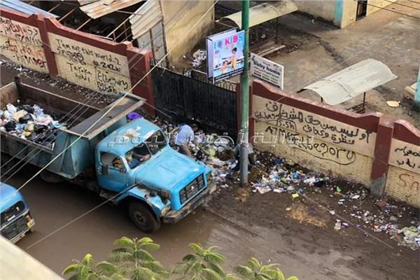 سيارات قمامة مدينة قطور تلقي مخلفاتها أمام المدرسة الثانوي