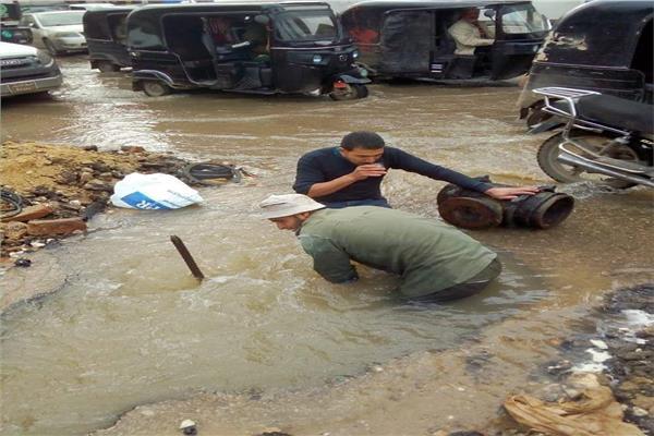 شوارع كفر الزيات غارقة في الشتاء بسبب مياه الامطار وانفجار ماسورة