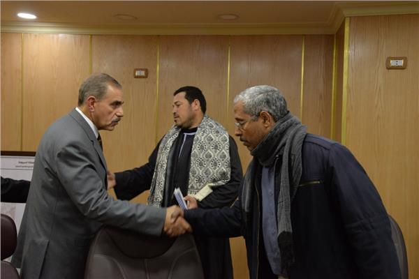 المحافظ مع أسر المتوفيين في الكويت