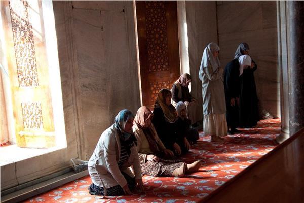 ما حكم جلوس المرأة الحائض في المسجد أو ملحقاته؟