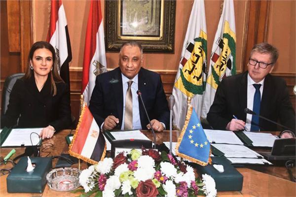 رئيس الرقابة الإدارية ووزيرة الاستثمار خلال توقيع الاتفاقية