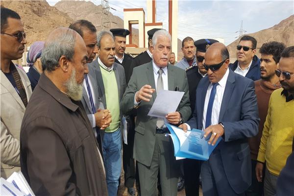 محافظ جنوب سيناء اثناء جولته بمدينة دهب