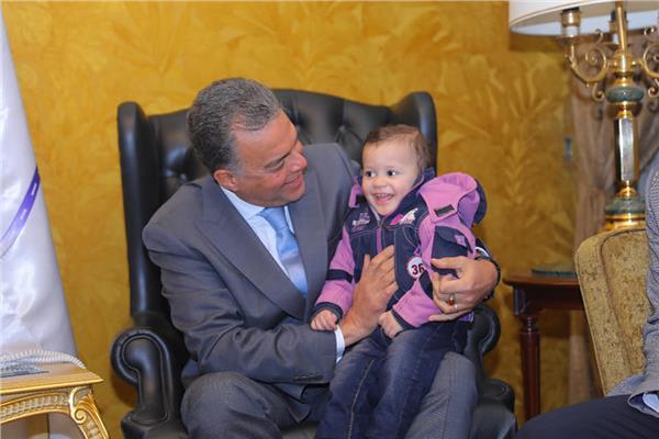 """وزير النقل يكرم منقذي الطفل """"أوليفر"""""""