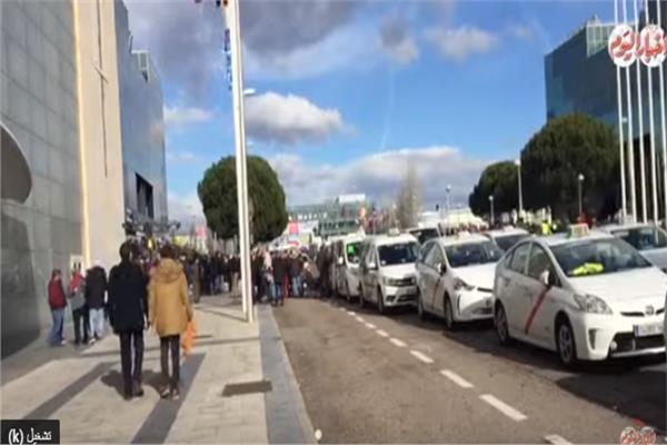 سائقو التاكسي في مدريد يهددون بمنع الجمهور من حضور «الفيتور»