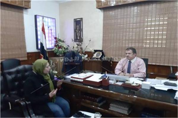 محررة بوابة أخبار اليوم خلال حوارها مع رئيس شركة جنوب القاهرة لتوزيع الكهرباء