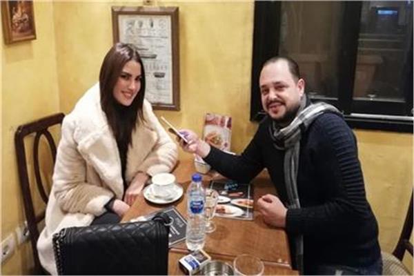 الزميل ياسر حماية خلال حواره مع الفنانة درة