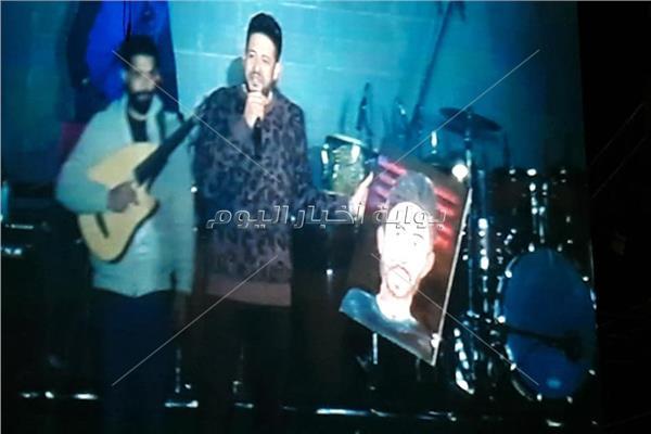 محمد حماقي يلتقط الهدايا من جمهوره في حفل نادي الشمس