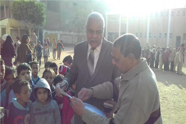 وكيل وزارة التعليم خلال التفتيش على مدارس أسيوط
