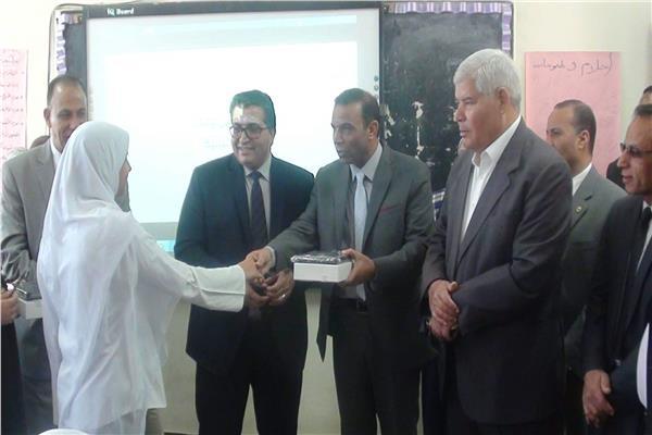 تسليم التابلت لطلاب الصف الأول الثانوي بجنوب سيناء