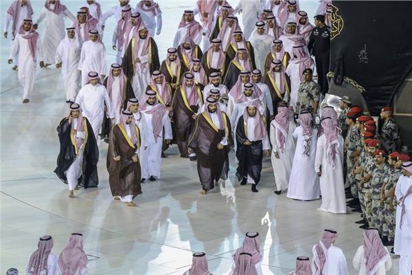 ولي العهد السعودي يفاجئ المعتمرين بالحرم المكي