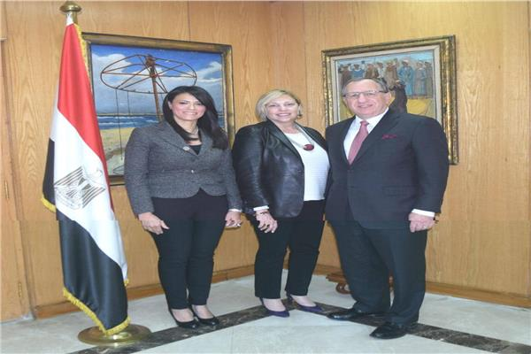 وزيرة السياحة مع اعضاء مجلس أمناء الجامعة الأمريكية