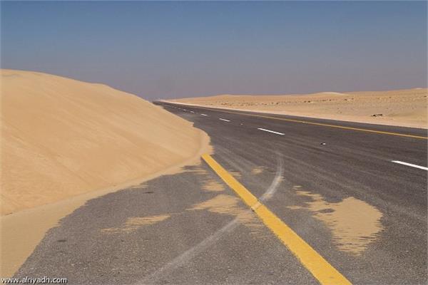رفع الرمال علي الطريق الدولي العريش \ القنطرة شرق