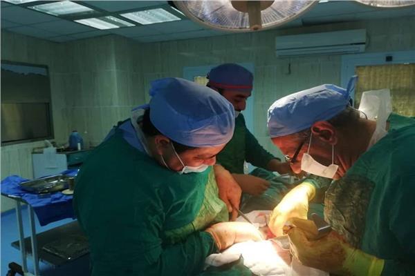 الفريق الطبي أثناء إجراء الجراحة