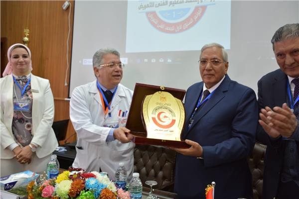 الدكتور جمال شيحة يهدي درع مؤسسة الكبد للمحافظ الدكتور كمال شاروبيم