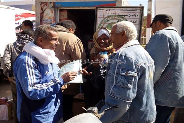قوافل  حزب مستقبل وطن لبيع السلع الغذائيه للمواطنيين بالوادي الجديد