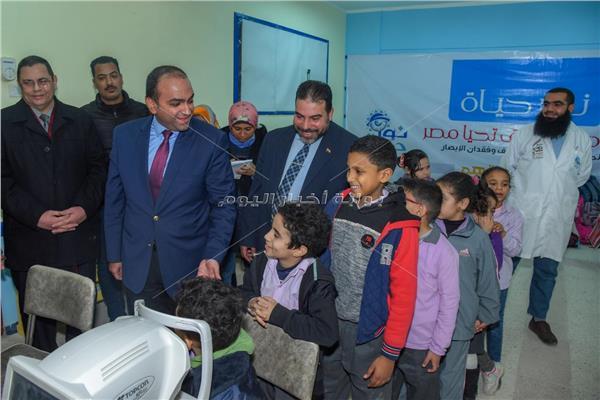 """نائب محافظ الإسكندرية يتابع الكشف على الطلاب بمبادرة """"نور حياة"""""""