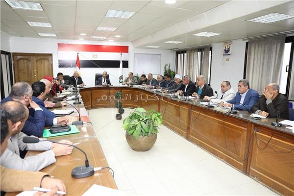محافظ سوهاج خلال الاجتماع