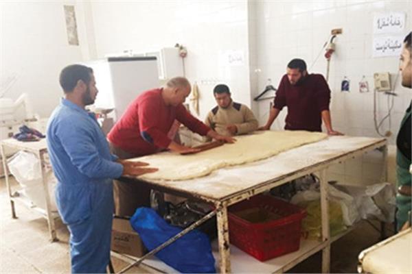 أثناء تدريب أبناء قرية الأمل على صناعة المخبوزات