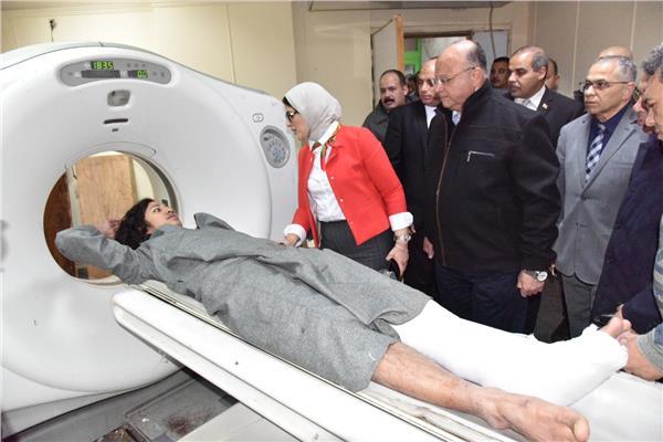 وزيرة الصحة خلال الاطمئنان على مصابي حادث الدرب الأحمر