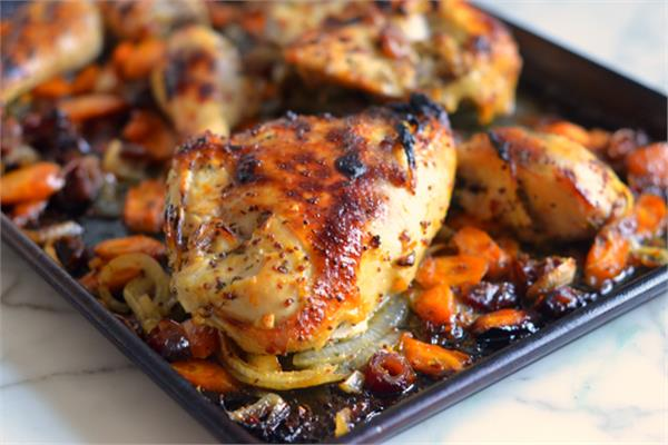 دجاج مشوي في الفرن مع شرائح جزر وبصل