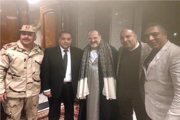 النجم خالد الصاوي والاعلامي عبدالجليل حسن مع قيادات المحافظة